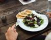 Základy stolovania: Pivo, mobil ani lakte na stôl nepatrí